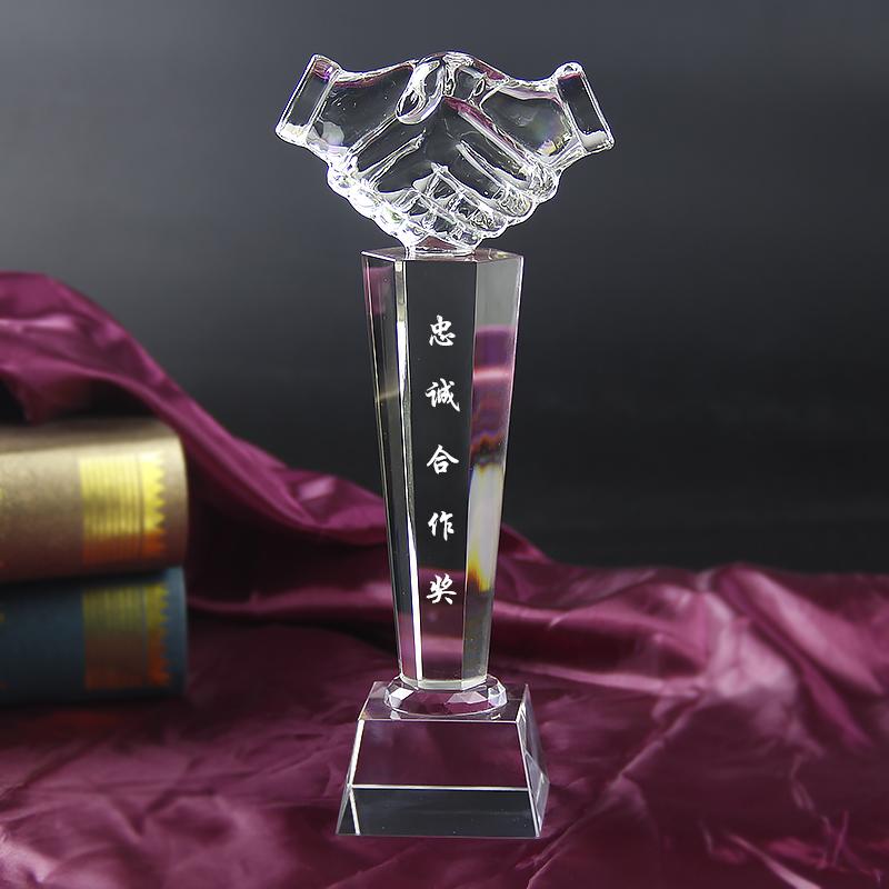 水晶奖杯六角柱握手